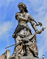 Jeanne Hachette (the lady with an ax) – The Beauvais female hero. A statue that can be seen in the main square of the city.
