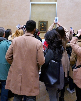 The view onto Mona Lisa. Watch the crowds